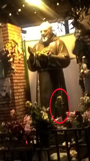 dettaglio dell'Angelo apparso vicino a Padre Pio