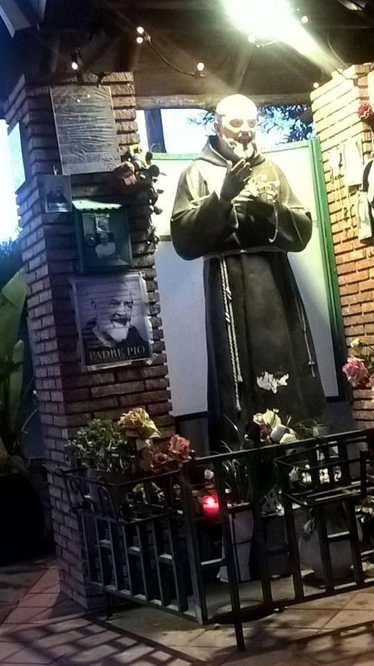 il viso di un angelo accanto a Padre Pio