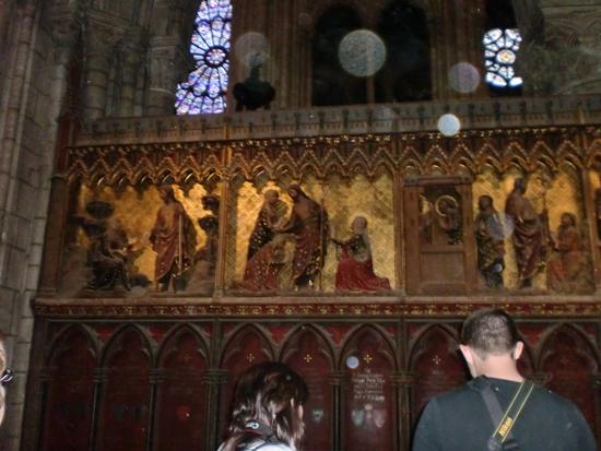 Immagini di orbs all'interno di Notre Dame de Paris