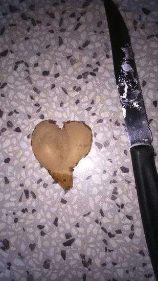 una patata a forma di cuore perfetto