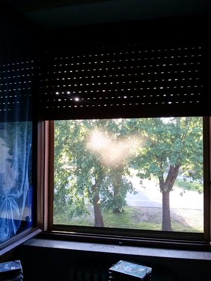 si forma un cuore di luce sulla zanzariera della finestra