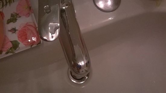 un cuore d'acqua sul rubinetto