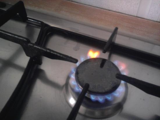 immagine di un cuore che si forma dalla fiamma del gas